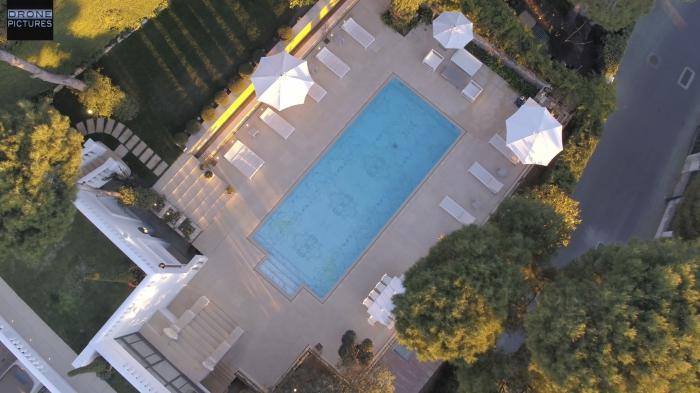 Vue aérienne d'une piscine dans une Villa de Luxe à Saint-Jean-Cap-Ferrat, French-Riviera, vue drone © Drone-Pictures