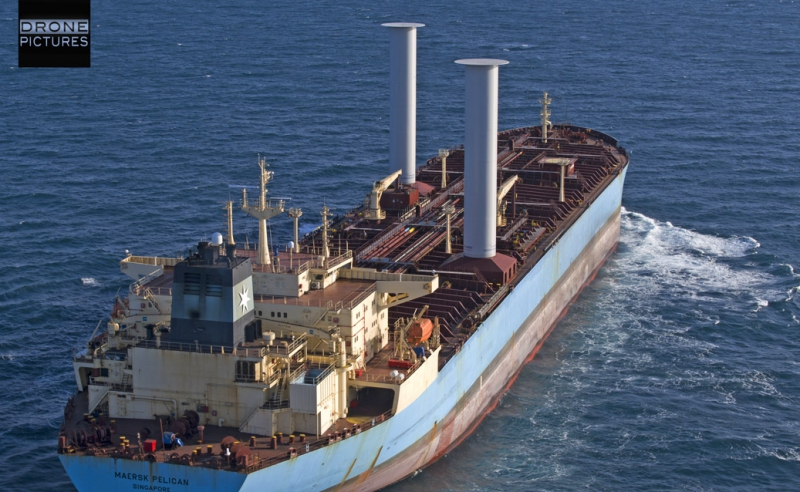 Le pétrolier Maersk Pelican vu par drone en pleine mer + logo