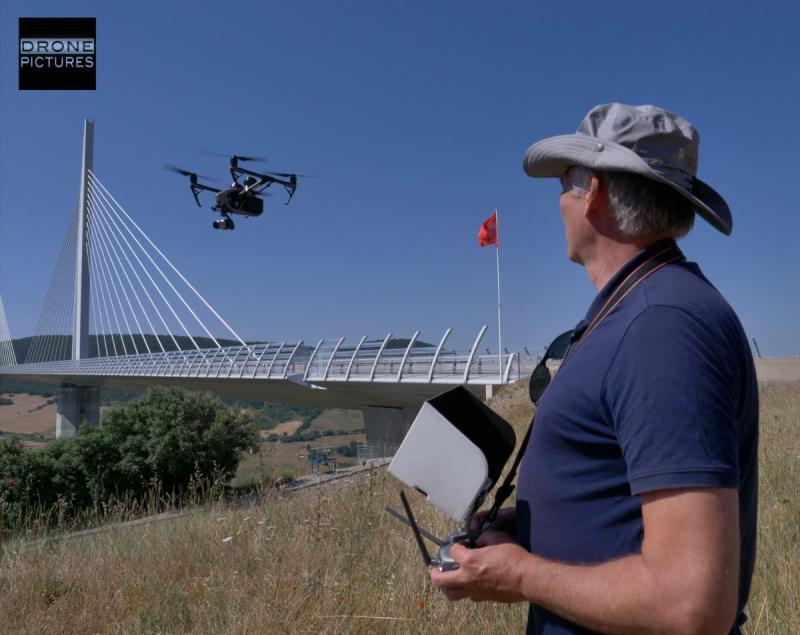 Pilote + drone Inspire 2 en vol Viaduc de Millau_1111473 © Drone-Pictures