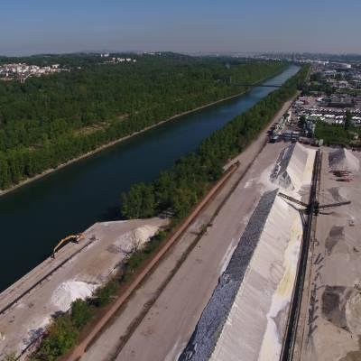 Photo aérienne du Rhône et d'une zone de stockage de graviers, vue par drone,  France